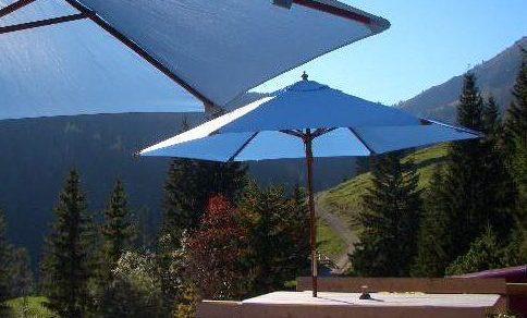 Die charakteristischen himmelblauen Sonnenschirme des Almbad Sillberghaus