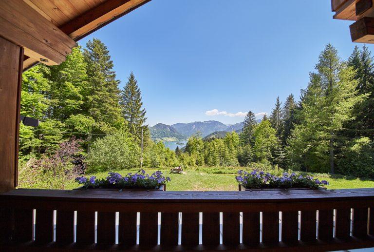 Ausblick vom Balkon des Almbad Huberspitz in Richtung Schliersee