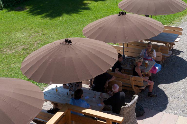 Sonnenterrasse mit aufgespannten Sonnenschirmen im Huberspitz-braun