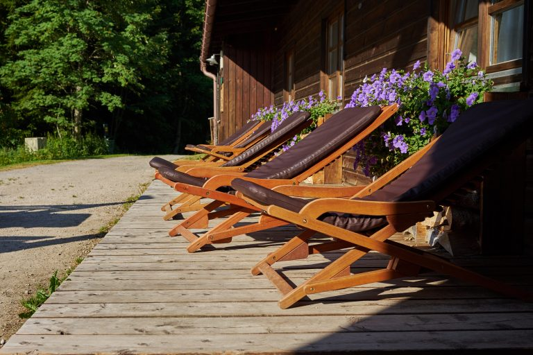 Liegestühle vor dem Almbad Huberspitz
