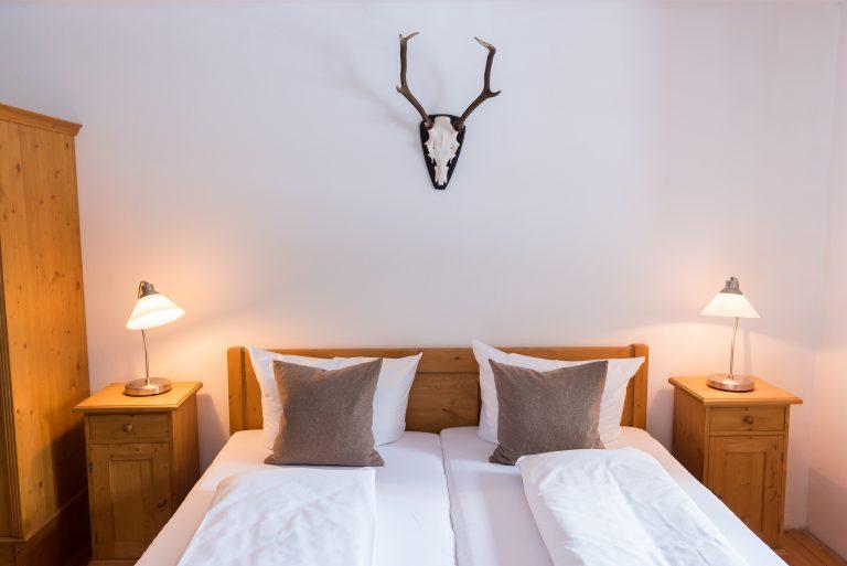 Doppelbett in der Almsuite im Almbad Huberspitz