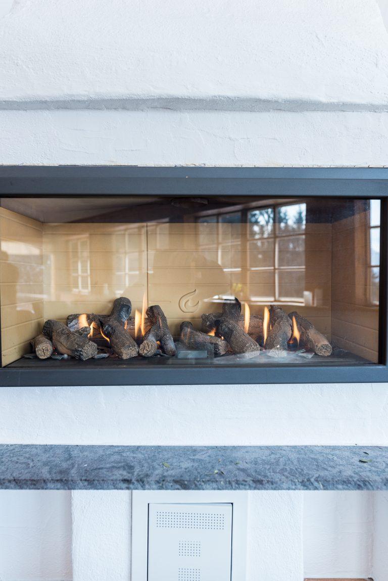 Kaminfeuer im Wintergarten des Almbad Huberspitz