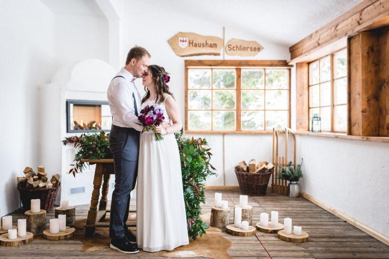 Blick in den dekorierten Trausaal des Almbad Huberspitz, das Brautpaar genießt den Moment nur für sich