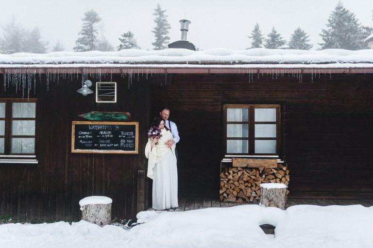 Fotoshooting: Das Brautpaar in winterlicher Kulisse im Almbad Huberspitz