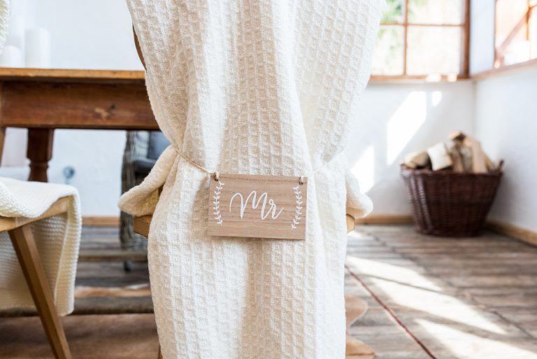 Stuhl des Bräutigam dekoriert mit Strick-Stuhlhusse und