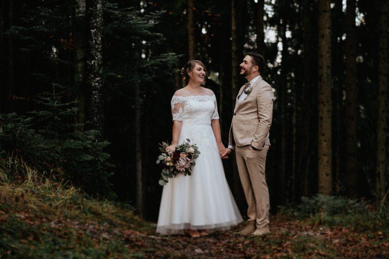Brautpaar inmitten einer Naturkulisse im Bergwald des Almbad Huberspitz in 1.050m Höhe