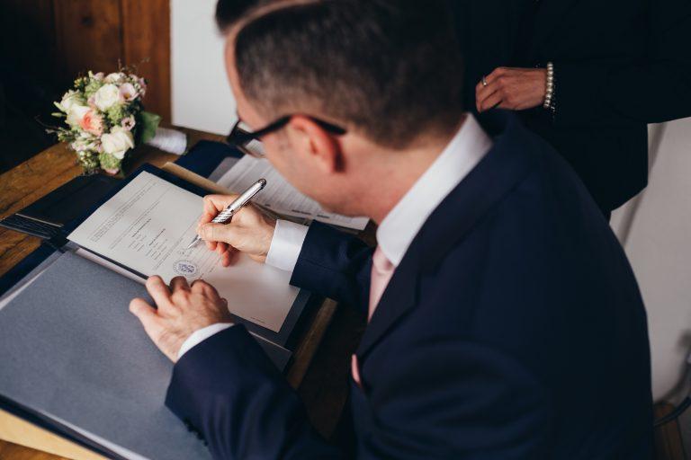 Urkundenunterzeichnung im Alm-Standesamt Almbad Huberspitz - der Bräutigam unterschreibt