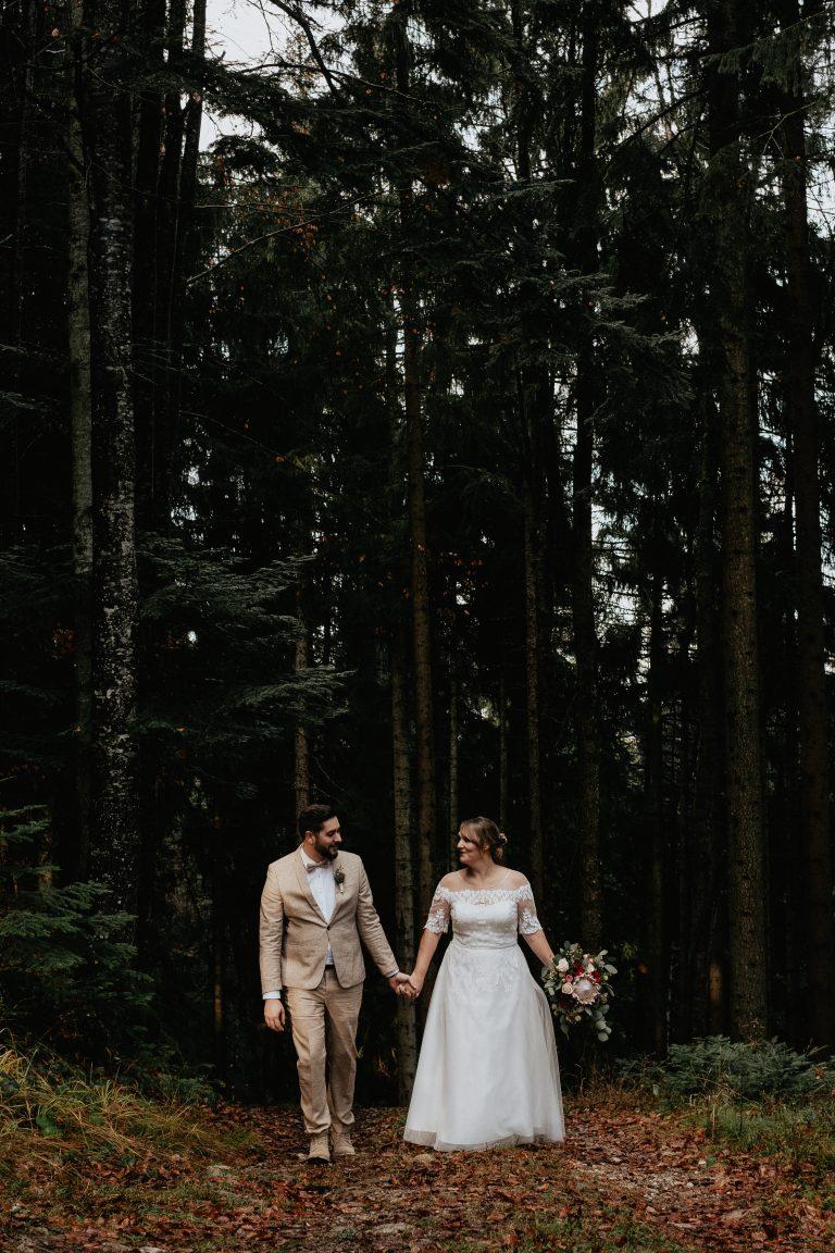 Brautpaar spaziert durch den Bergwald am Almbad Huberspitz - auf ihrem gemeinsamen Weg