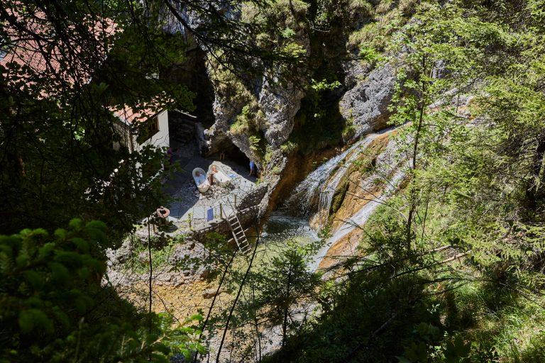 Der Blick zum Dorfbad Tannermühl und den beiden Outdoor-Wannen