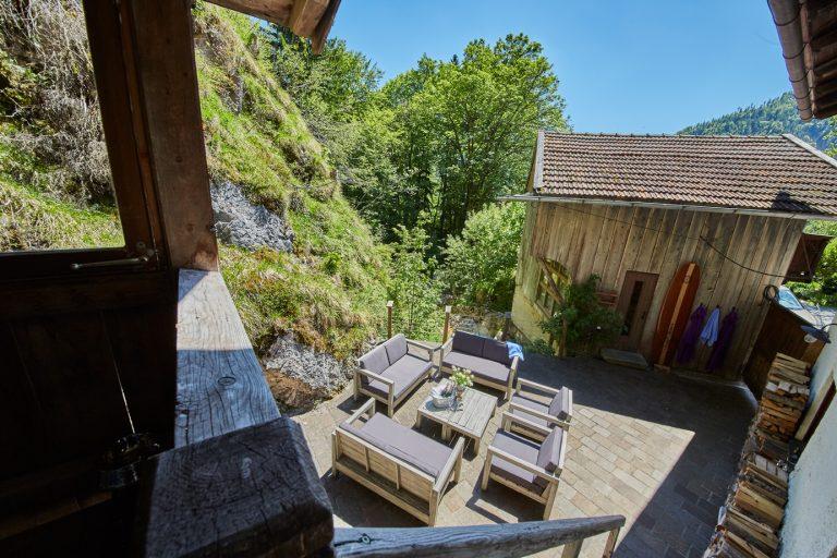 Sonnen-Terrasse mit gemütlichen Möbeln vor der Stadlsauna des Dorfbad Tannermühl