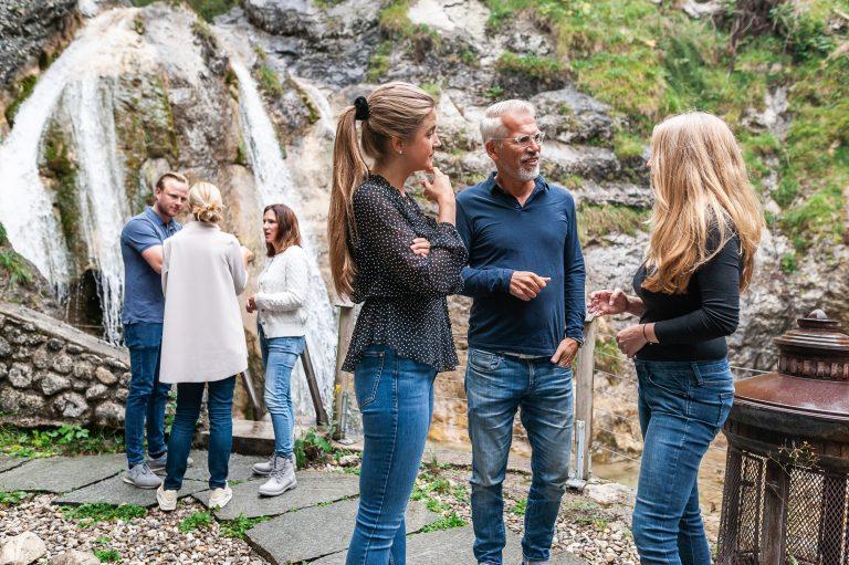 Gruppenbesprechungen im Outdoor-Bereich am Wasserfall des Dorfbad Tannermühl