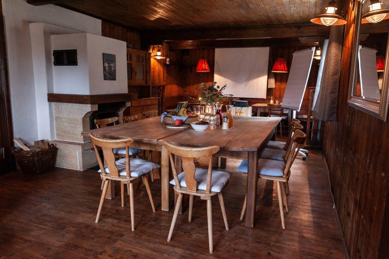Typische Hüttenmöbel im gemütlichen Kaminzimmer - bereit zur Tagung im Almbad Sillberghaus