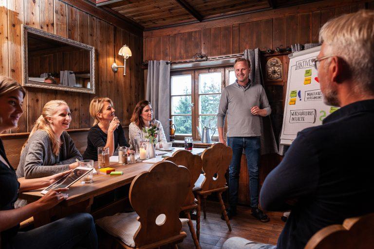 Vortragender am Flipchart im Strategiemeeting in einer der beiden Gast-Stuben des Almbad Sillberghaus