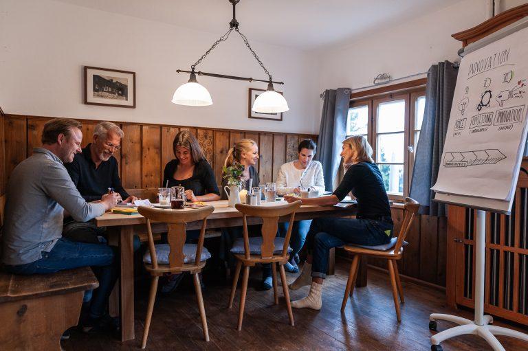 Gruppenarbeit in einer der Seminarstuben des Almbad Sillberghaus