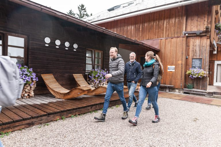 Drei Kollegen starten ihre Wanderung am Almbad Huberspitz