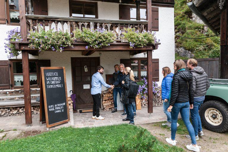 Begrüßungsszene im Dorfbad Tannermühl zur ganz besonderen Tagung