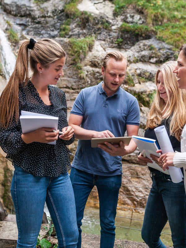 Besprechung der Gruppenarbeit am Wasserfall des Dorfbad Tannermühl