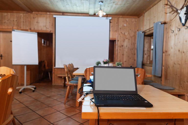 Laptop und Leinwand sind aufgebaut, Flipchart steht bereit - die Tagung kann losgehen.