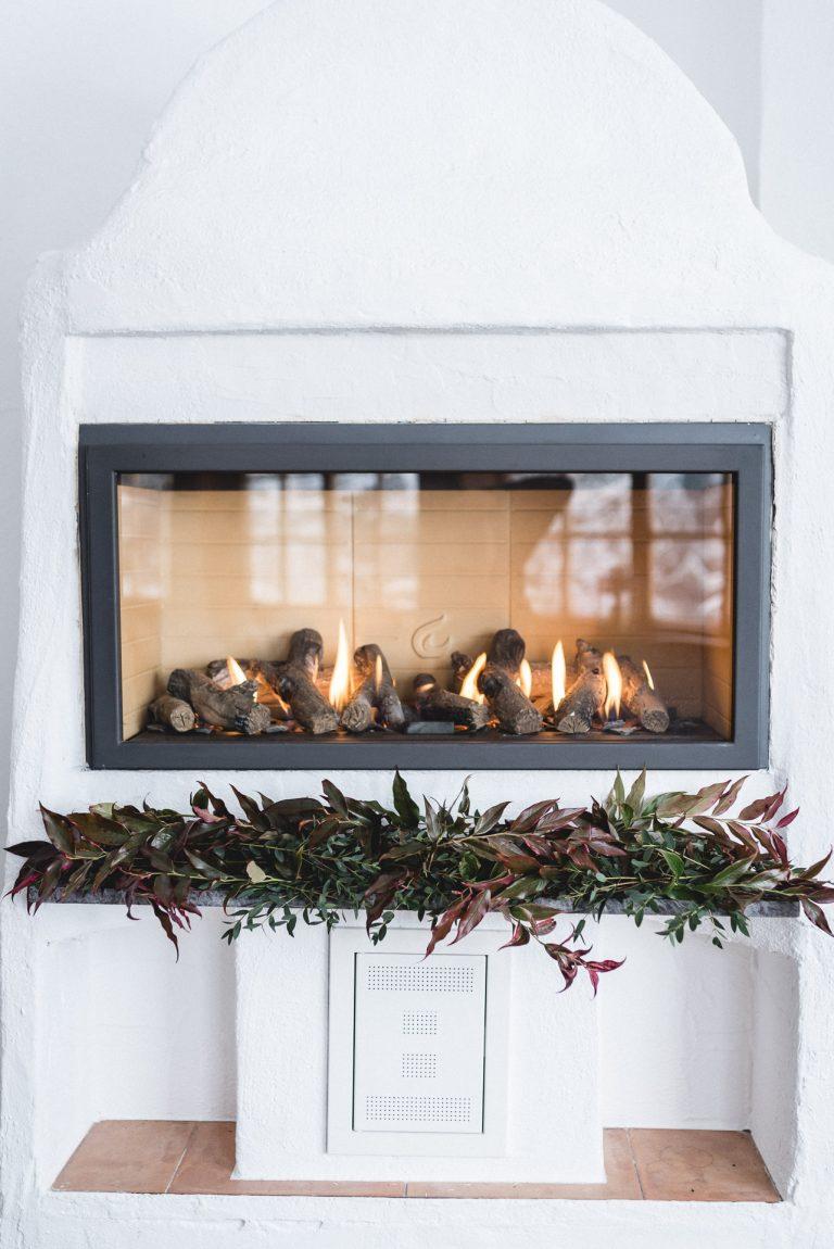 Auch im Kamin des Almbad Huberspitz knistert das Feuer, zur Trauung im Berg-Standesamt