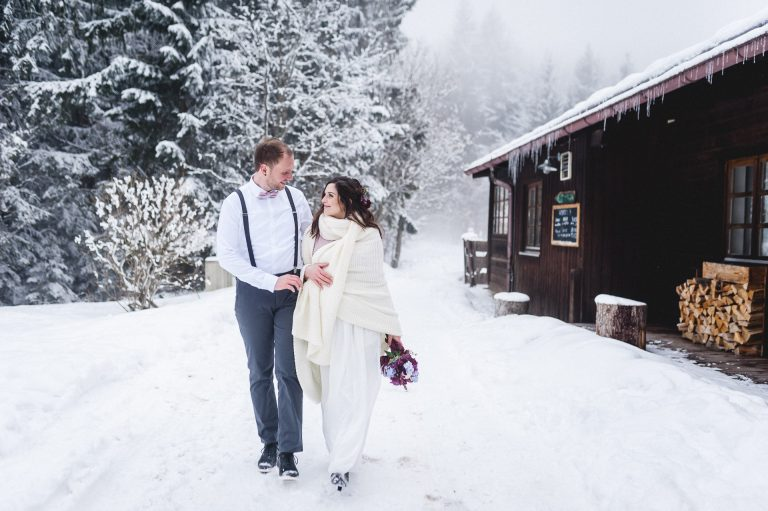 Winterhochzeit im Almbad Huberspitz: Das Brautpaar geht durch die zauberhafte Winterlandschaft