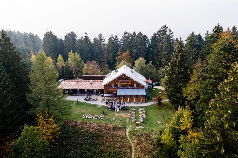 Almbad Huberspitz aus der Vogelperspektive, rundherum Almwiese und Bergwald