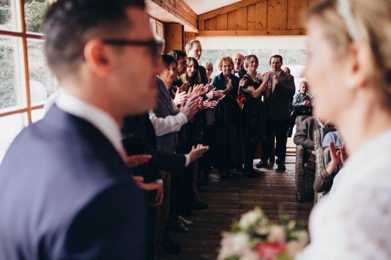 Blick zur klatschenden Hochzeitsgesellschaft im Almbad Huberspitz