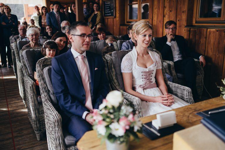 Das Brautpaar zur standesamtlichen Trauung am Trautisch im Almbad Huberspitz
