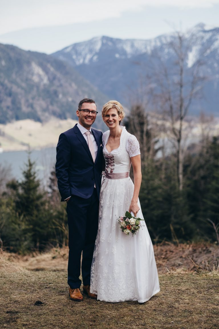 Das glückliche Ehepaar vor der Aussicht zum Schliersee vom Almbad Huberspitz