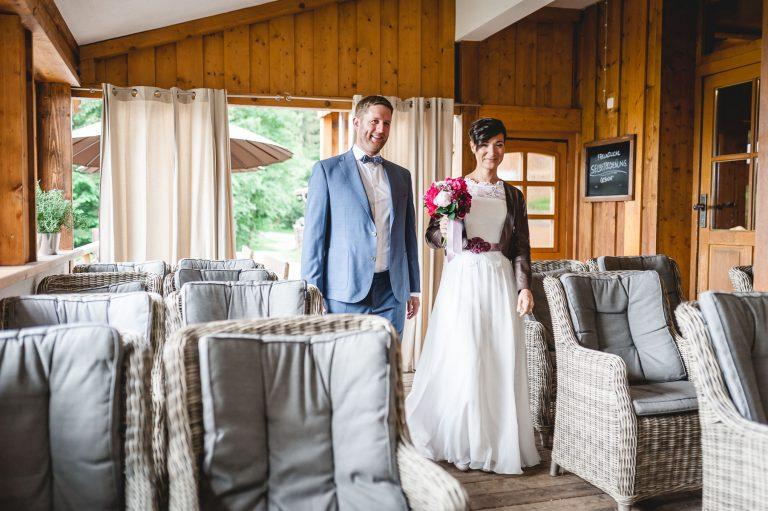 Das Brautpaar betritt den Trausaal des Berg-Standesamts Almbad Huberspitz