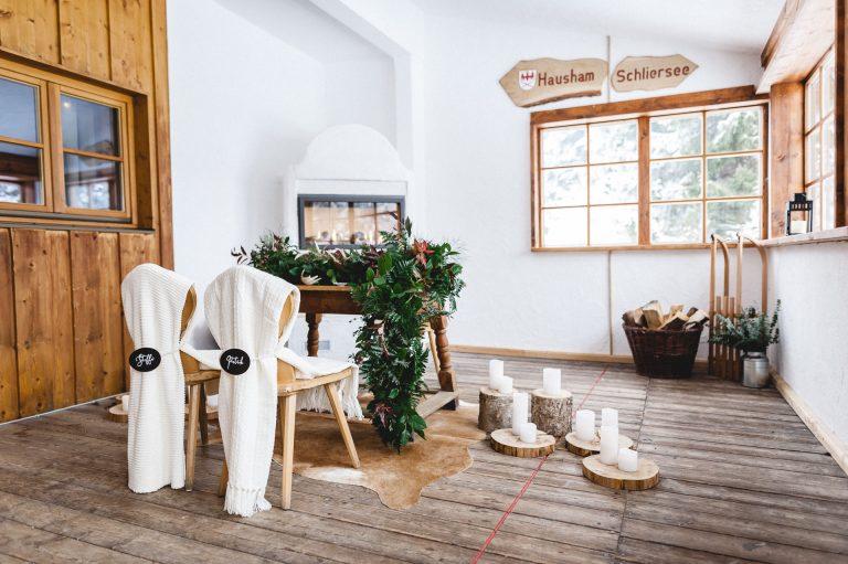 Dezent dekorierter Trausaal im Berg-Standesamt Almbad Huberspitz: Hussen für das Brautpaar, Mr & Mrs Schilder