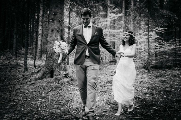 Das Brautpaar (in schwarz-weiß-Aufnahme) im Bergwald des Almbad Huberspitz