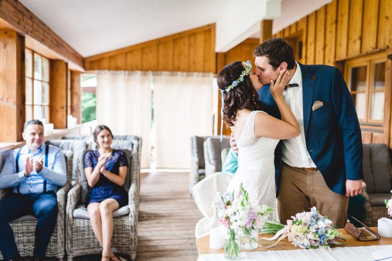 Der Kuss nach vollzogener standesamtlicher Trauung im Trausaal des Almbad Huberspitz