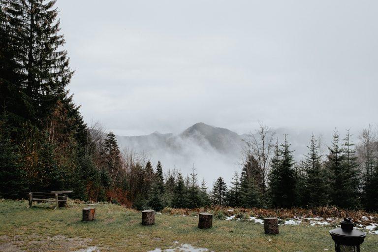 Herbstlicher Blick auf den Schliersee, Nebel steigt vom Schliersee auf und bedecken leicht das Bergpanorama