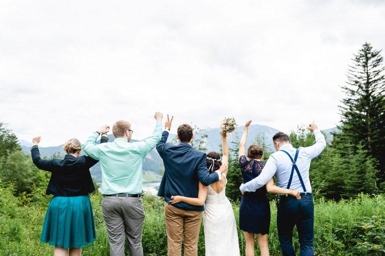 Brautpaar und Gäste jubeln in Richtung Schliersee vor Alpenpanorama
