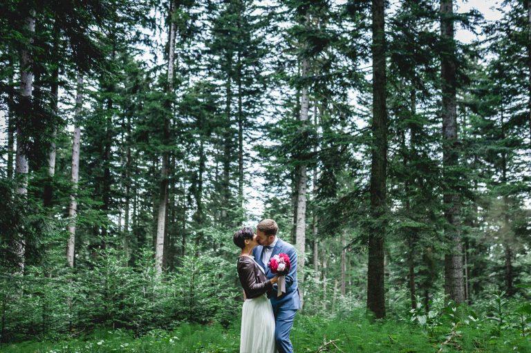 Hochzeitskuss im Bergwald des Almbad Huberspitz als Naturkulisse in 1.050m Höhe