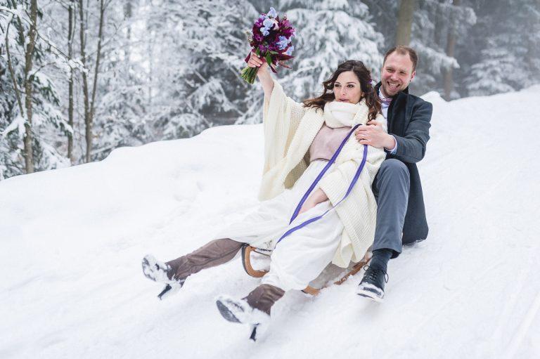 Das Brautpaar auf dem Schlitten zurück ins Tal nach der Trauung im Almbad Huberspitz