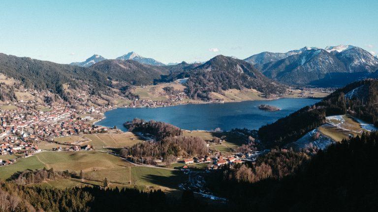 Ausblick auf den türkisfarbenen Schliersee vor Bergpanorama