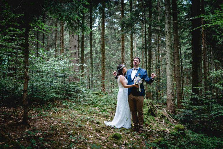 jubelnder Bräutigam, umarmt von seiner Braut im Bergwald des Almbad Huberspitz