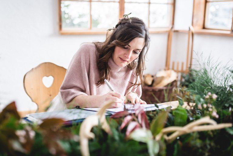 Urkundenunterzeichnung im Alm-Standesamt Almbad Huberspitz - die Braut unterschreibt nebst Blumendekoration