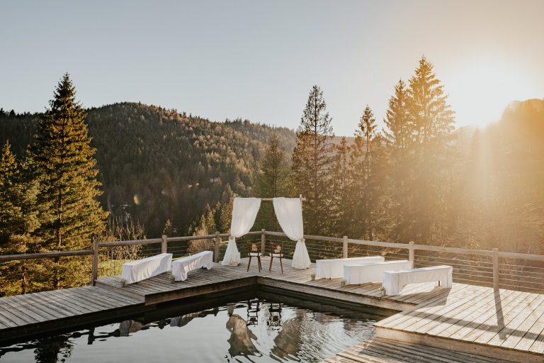Traubogen und Gästebänke am Natur-Badepool des Almbad Sillberghaus bei Sonnenuntergang