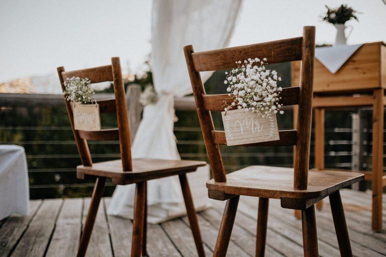 Detailansicht dekorierte Brautstühle