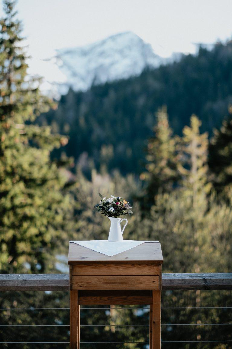 Der almersiche Traualtar im Almbad Sillberghaus mit Blick ins Alpenpanorama