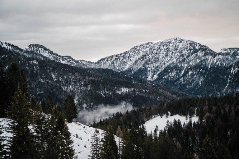 Bergblick übers Ursprungtal mit schneebedeckten Berggipfeln und Winter Wonderland