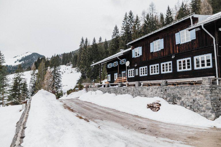 Das Almbad Sillberghaus im Winter - immer charakteristisch blaue Fensterläden