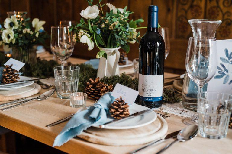 Liebevoll dekorierte Plätze für die Gäste zur Trauung im Winter