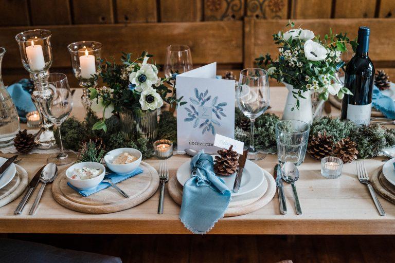 Die gedeckte Tafel zur Wintertrauung mit Kerzenschein und Floristik