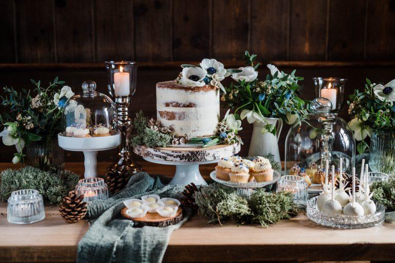 Das süße Buffet mit Hochzeitstorte, Muffins und Gebäck