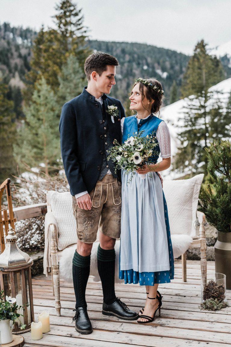 Brautpaar vor Winter-Kulisse auf der Terrasse zur Trauung im Winter