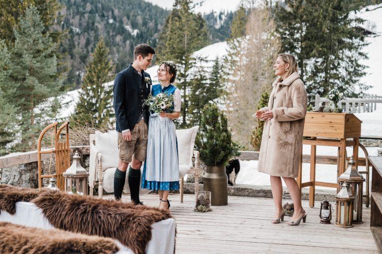 Das Brautpaar tauscht verliebte Blicke, während die Traurednerin singt - mit Winter Wonderland im Hintergrund