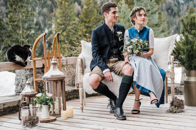 Das Brautpaar auf ihrem Liebesbankerl nebst Dekoration auf der Terrasse